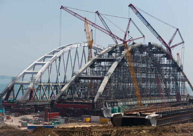 Montagem dos arcos da ponte ferroviária e rodoviária da Crimeia