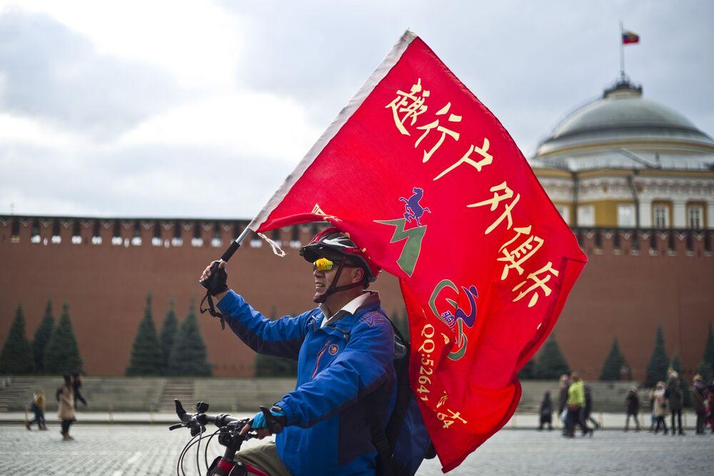 Um turista passeia pela Praça Vermelha, na capital russa