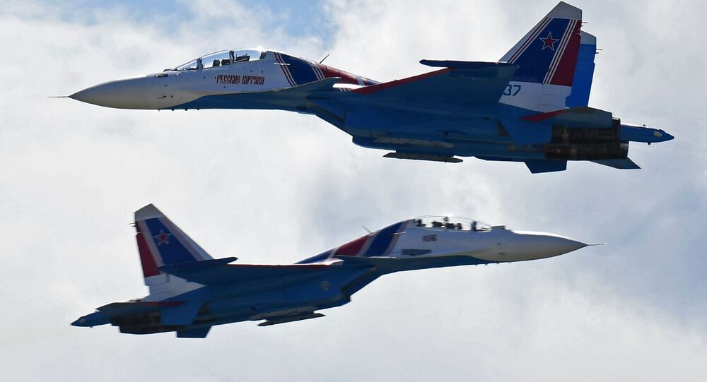 Aviões Su-30SM da esquadrilha acrobática Russkie Vityazi participam do  Salão Aeroespacial Internacional MAKS 2017