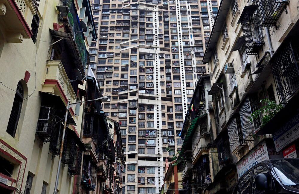 Um arranha-céus residencial por detrás dos prédios antigos na cidade indiana de Mumbai