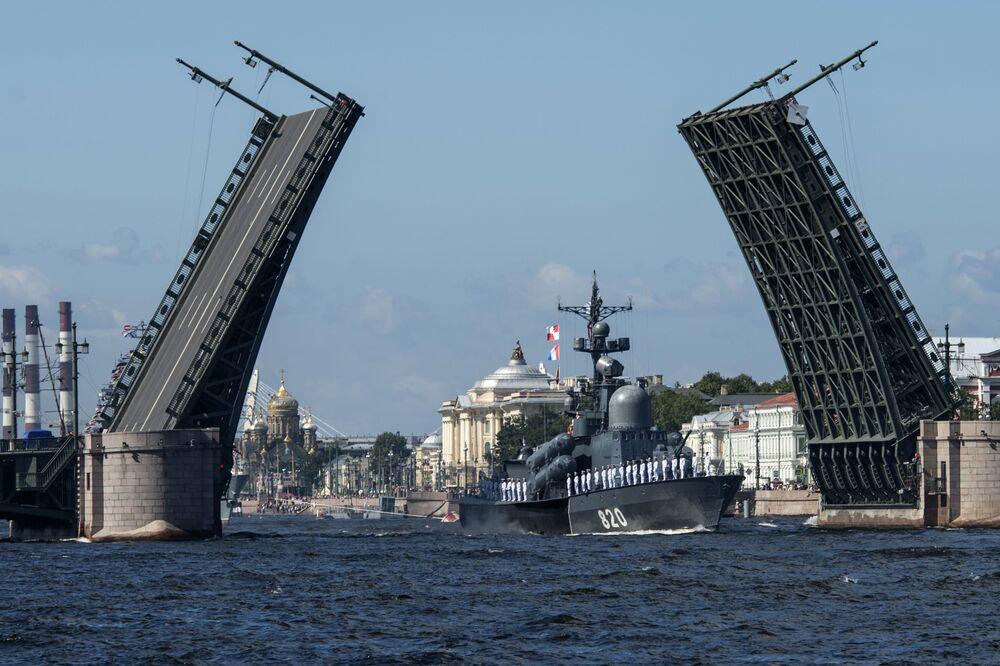 O escaler de mísseis Chuvashiya durante o ensaio da parada do Dia da Marinha que terá lugar em São Petersburgo em 30 de julho
