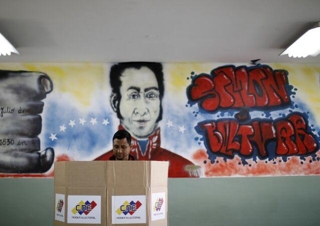 Homem votando em Caracas, capital da Venezuela.