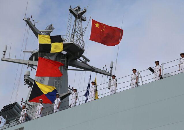 Soldados do Exército de Libertação Popular da China navegam até a nova base militar chinesa em Djibouti
