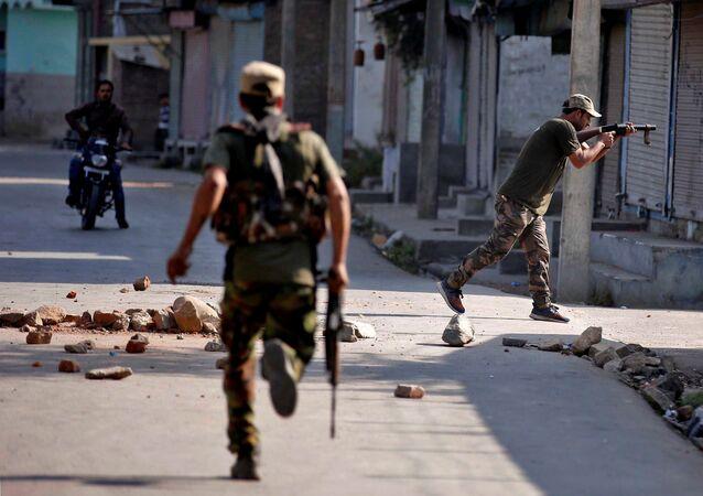 Policiais em ação no estado de Jammu e Caxemira, Índia (arquivo)
