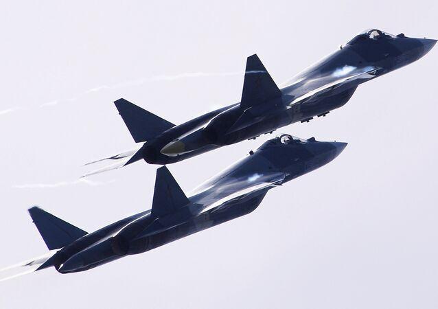 Dois aviões T-50 voam durante o Salão Aeroespacial Internacional MAKS 2017