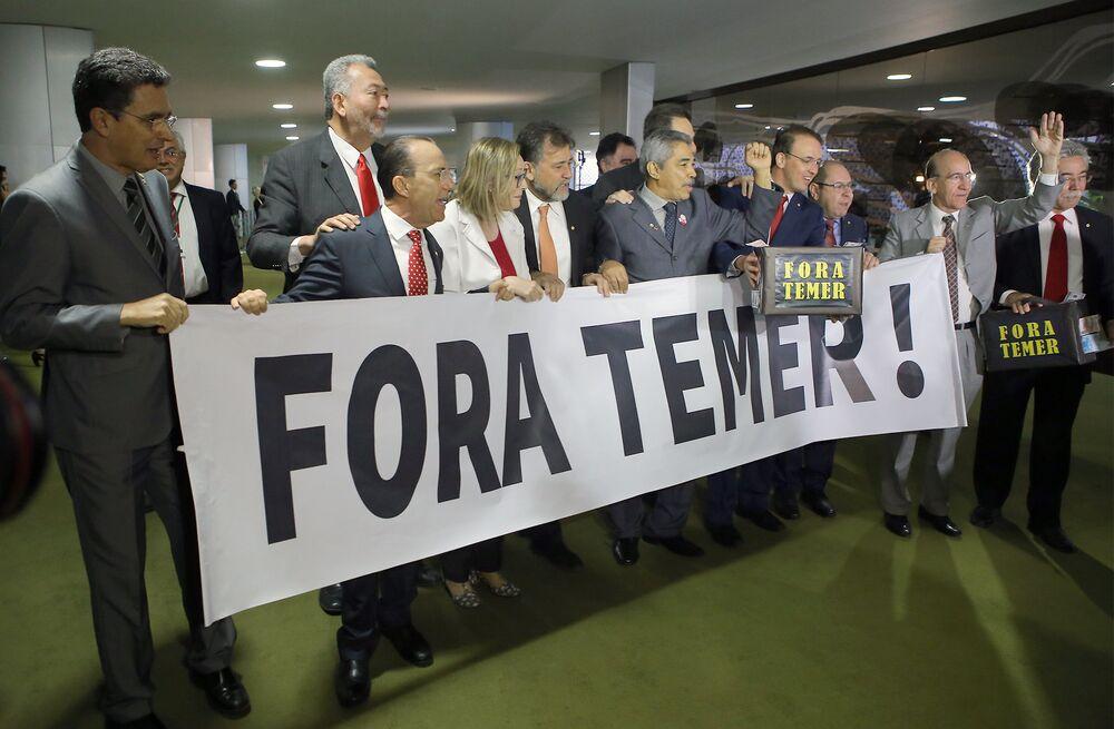 Deputados da oposição exibem cartaz pedindo a saída do atual chefe de Estado