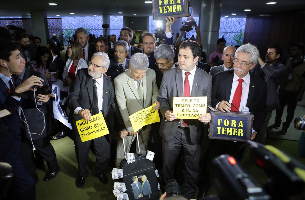Deputados usam pressão popular para pedir a saída de Temer da presidência