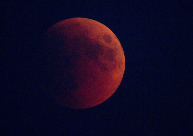Lua de Sangue no céu de Moscou em 15 de junho de 2011