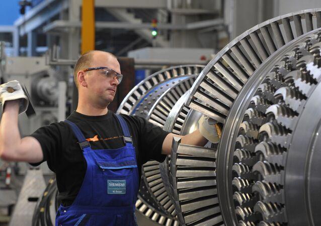 Maik Seidel, técnico da Siemens, trabalha em uma fábrica em Goerlitz, Alemanha, em 14 de maio de 2009
