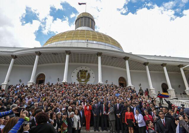 Novos membros da Assembleia Nacional Constituinte posam em frente ao Congresso