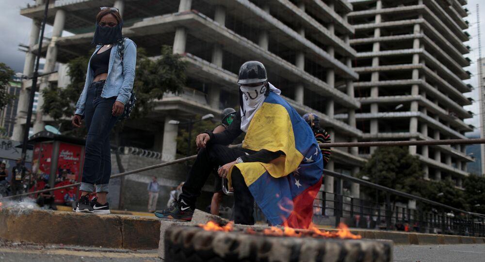 Manifestantes criam barricadas enquanto se reúnem contra o governo do presidente da Venezuela, Nicolas Maduro, em Caracas, Venezuela, 4 de agosto de 2017.