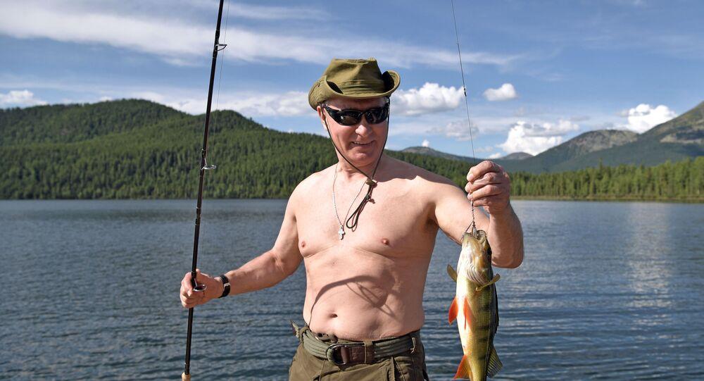 Vladimir Putin pesca em um dos lagos de montanha na república de Tuva