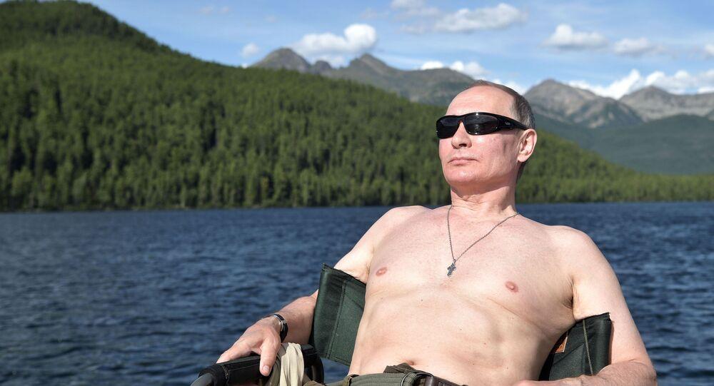 Vladimir Putin toma banhos de sol durante a pesca na cascata de lagos de montanha na república de Tuva