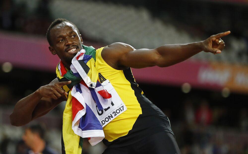 Usain Bolt faz o seu famoso raio após vencer o bronze no último mundial da carreira.