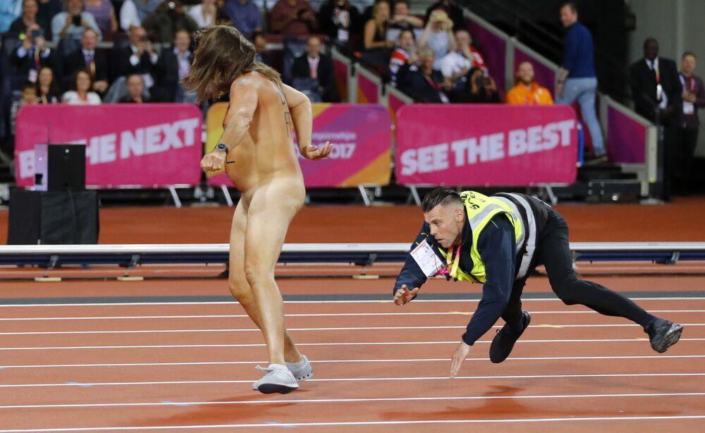 Policial cai ao tentar agarrar manifestante nu no mundial de Londres.