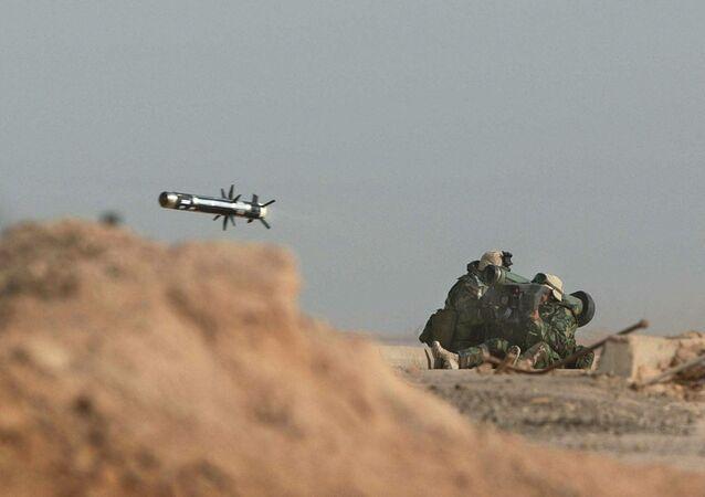 Militares norte-americanos lançam um míssil Javelin durante uma batalha com as tropas iraquianas em 2003 (foto de arquivo)