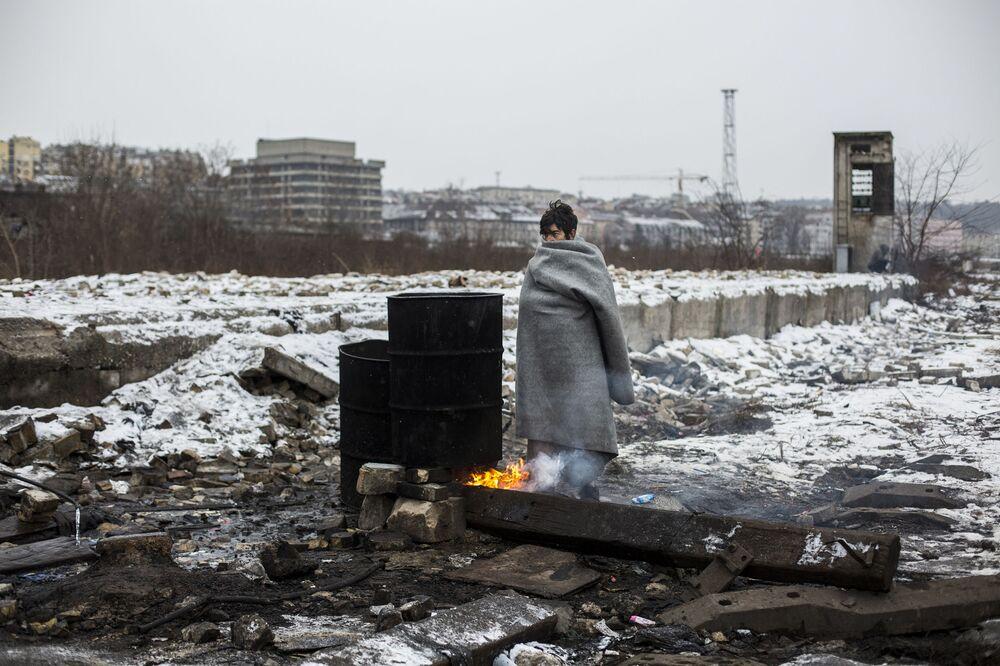 """A série fotográfica """"Refugiados em Belgrado"""", de Alejandro Martinez Velez (Espanha), na categoria de """"Notícias Principais"""", que recebeu um prêmio especial do Comitê Internacional da Cruz Vermelha """"Por Fotografia Humanitária"""""""