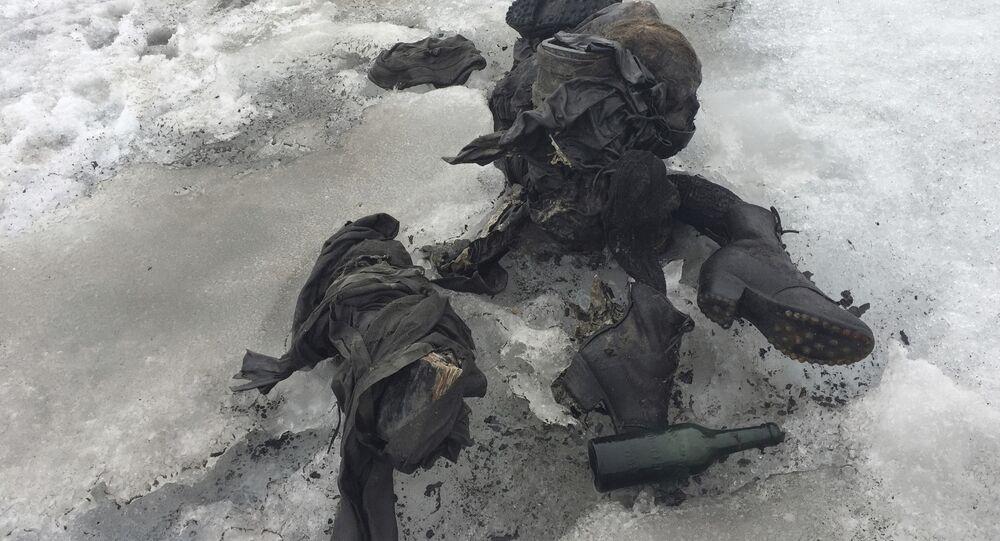 Sapatos e roupa em uma geleira nos Alpes suíços, onde foram encontrados dois corpos