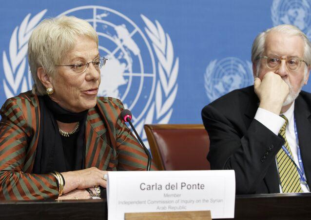 A Suíça Carla del Ponte, à esquerda, membro da Comissão de Inquérito sobre a Síria, sentada ao lado do brasileiro Paulo Pinheiro, certo, presidente da Comissão, enquanto fala aos meios de comunicação durante uma conferência de imprensa após a sessão do Conselho dos Direitos Humanos sobre O relatório da Comissão de Inquérito sobre os Direitos Humanos na Síria na sede europeia das Nações Unidas em Genebra, Suíça, terça-feira, 18 de março de 2014.