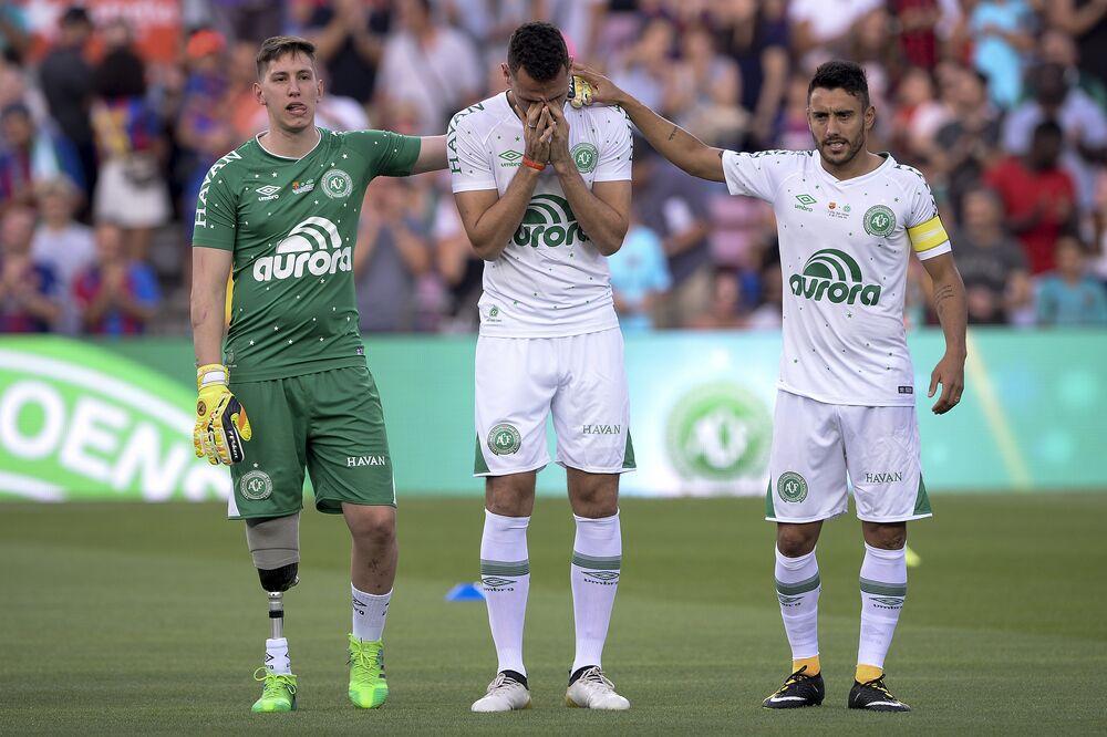 Follmann, Neto e Alan Ruschel são homenageados em partida da Chapecoense contra o Barcelona