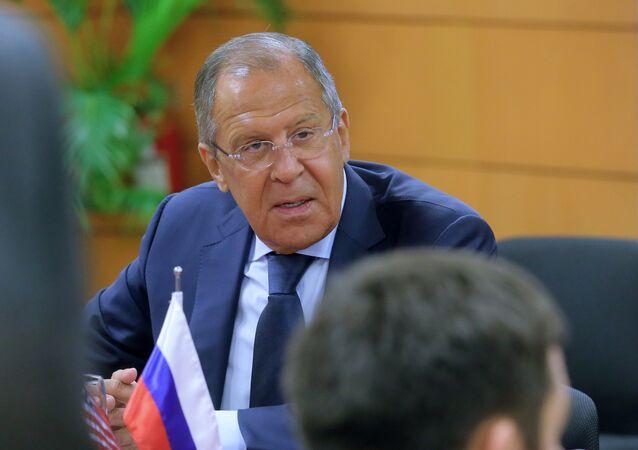 Ministro das Relações Exteriores da Rússia, Sergei Lavrov, durante reunião com o então secretário de Estado dos EUA, Rex Tillerson, nas margens da cúpula da ASEAN em Manila