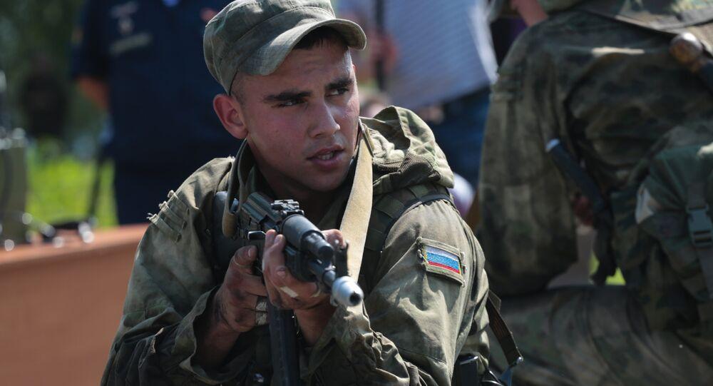 Militar russo passando o `percurso de obstáculos` no concurso de tropas de reconhecimento no âmbito dos Jogos Internacionais do Exército