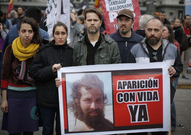 Parentes e amigos querem saber o paradeiro do ativista argentino Santiago Maldonado, desaparecido desde uma operação policial no sul do país