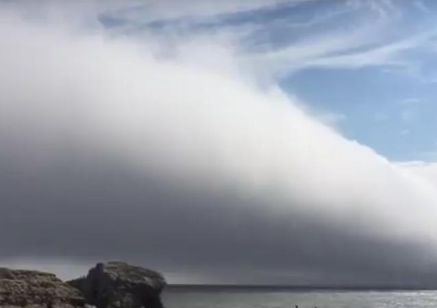 Nuvem enorme sobre uma praia na Califórnia