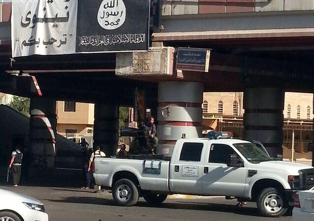 Militante do Daesh perto de um canhão antiaéreo instalado em um veículo em Mossul, 16 de julho de 2014