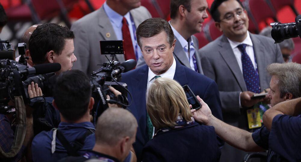 Ex-chefe da campanha eleitoral de Donald Trump, Paul Manafort, cercado por jornalistas (foto de arquivo)