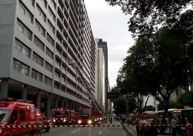 Bombeiros trabalham em local de incêndio no Centro do Rio de Janeiro, na Avenida Presidente Vargas