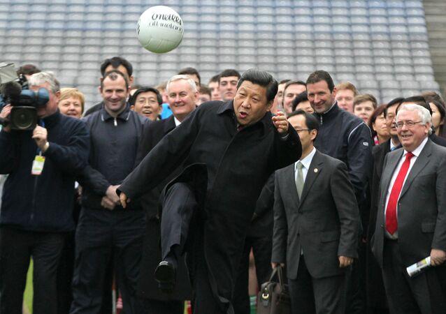 O líder da China, Xi Jinping, durante uma partida de futebol gaélico na Irlanda