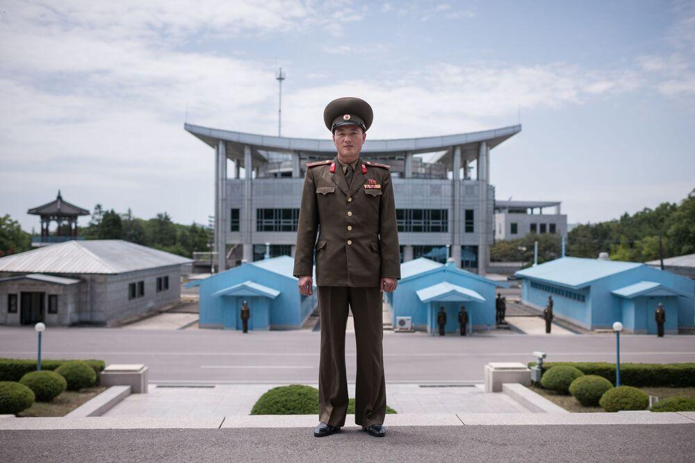 Militar do exército norte-coreano perante a linha de demarcação entre as duas Coreias