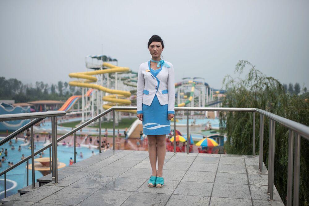 Funcionária de um parque aquático em Pyongyang