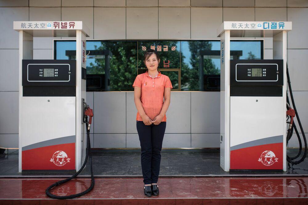 Operadora de um posto de gasolina em Sinchon, Coreia do Norte