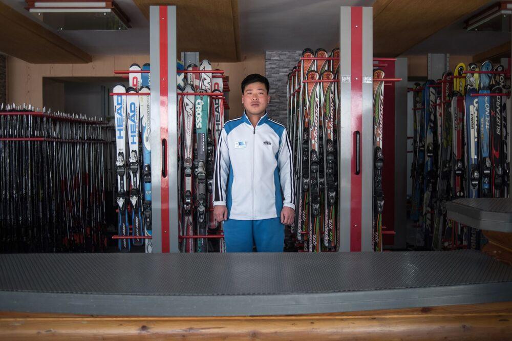 Funcionário do serviço de aluguel de equipamento esportivo em uma estação de esqui de montanha na Coreia do Norte