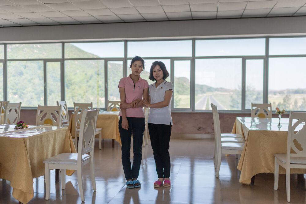 A vendedora Kim Hyo-Jong e a garçonete Kim Un-Mi que trabalham junto à rodovia Pyongyang-Kaesong na Coreia do Norte