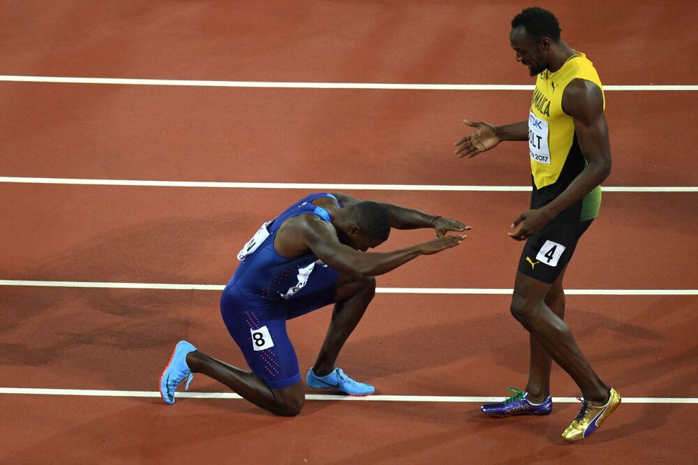 O atleta norte-americano Justin Gatlin se ajoelha perante a estrela jamaicana Usain Bolt após derrotá-lo na corrida de 100 metros no Mundial de Atletismo 2017, em Londres