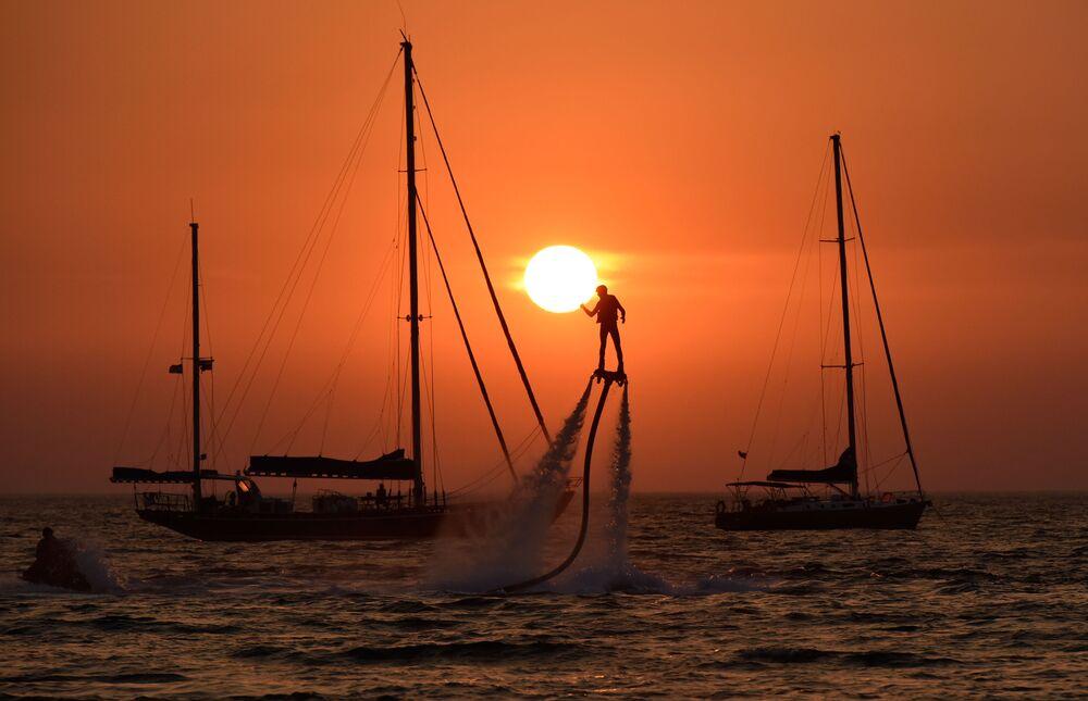 Atleta da modalidade aquática flyboard durante o festival de esportes radicais na Crimeia