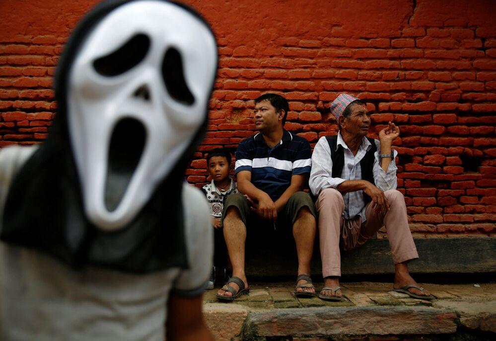 Espetadores no Festival de Luzes na cidade nepalesa de Lalitpur