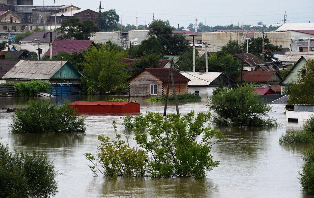 Edifícios atingidos na sequência  de uma inundação na cidade russa de Ussuriysk