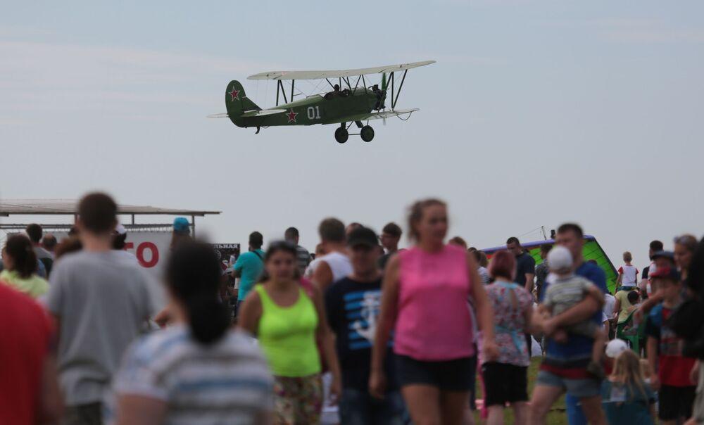 O avião U-2 no céu durante um show aéreo na região russa de Novossibirsk