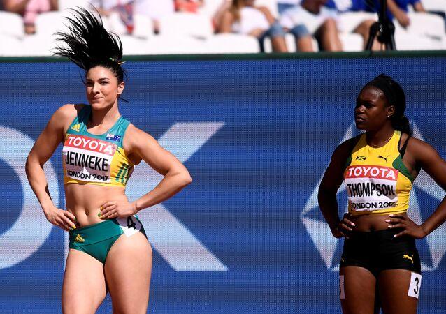Michelle Jenneke, da Austrália, e Elaine Thompson, da Jamaica, antes da competição 100 metros com barreiras, no estádio de Londres onde está decorrendo o Mundial de Atletismo 2017