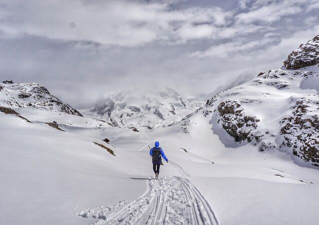 Alpinista em montes (foto de arquivo)