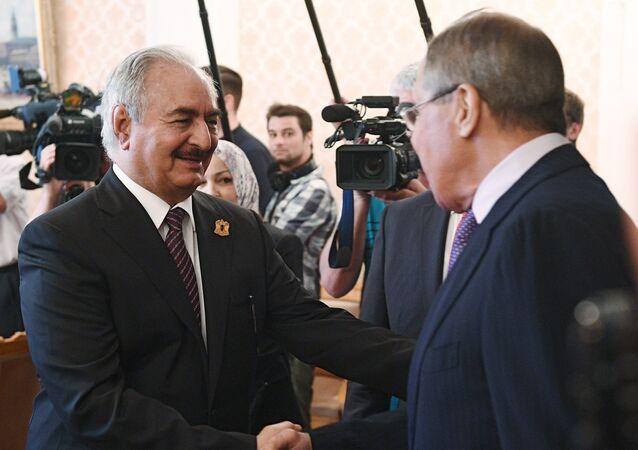 O ministro das Relações Exteriores da Rússia, Sergei Lavrov, e o comandante do Exército Nacional Líbio, Khalifa Haftar, durante encontro (arquivo)