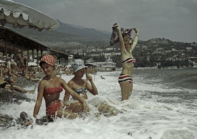 Mulheres soviéticas em una praia na Crimeia (Foto de arquivo)