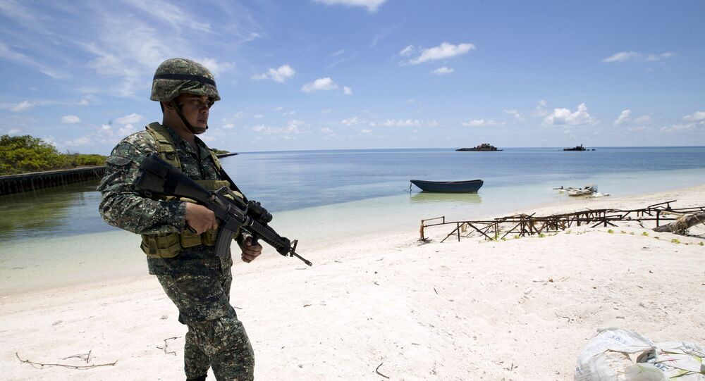 Um soldado filipino patrulhando a costa da ilha de Thitu, no arquipélago de Spratly, no mar do Sul da China (foto de arquivo)