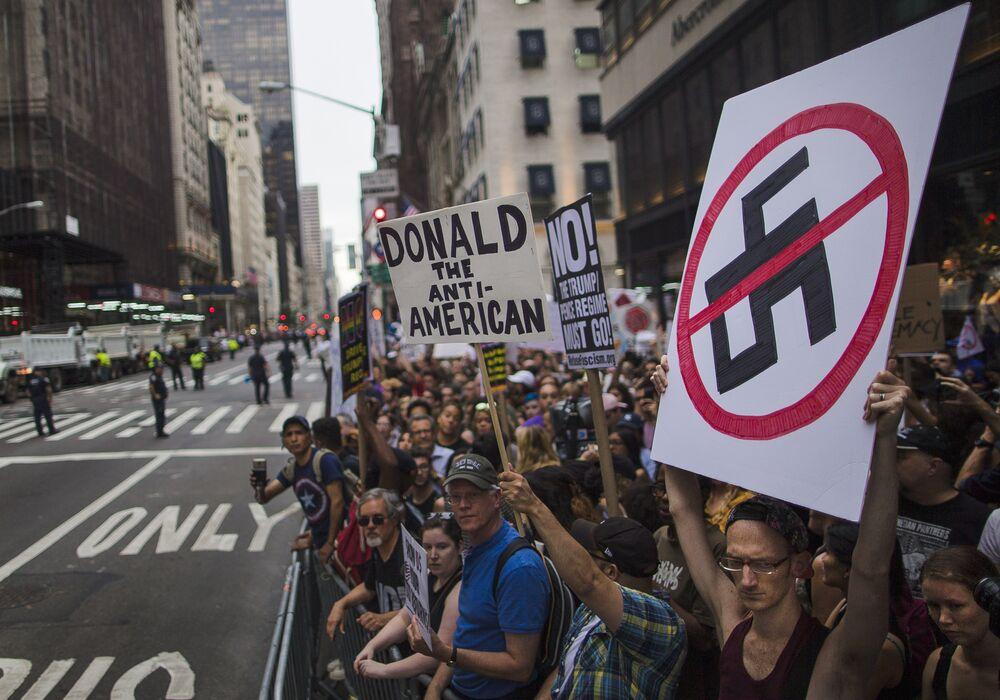 Protesto ocorreu em frente a Trump Tower, onde o republicano morava antes de assumir a Casa Branca