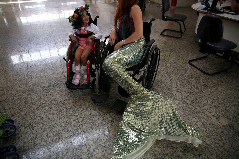Sereia Carol visita a Associação de Assistência à Criança Deficiente em São Paulo, Brasil, em 8 de junho de 2017