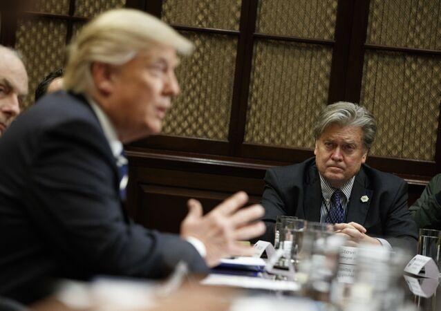 Donald Trump é observado por Stephen Bannon, 31 de janeiro de 2017